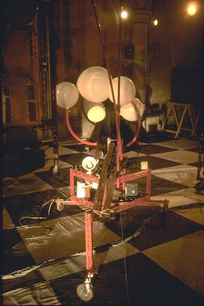 Bombyx : sur scène deux chariots télé-tractés vont se rencontrer, l'un, rouge, porte des haut-parleurs et des microphones mobiles, produisant des effets Larsen, l'autre, tétraèdre noir, comporte des ballons sondes se gonflant et se dégonflant à travers des sirènes et divers instruments à vent.