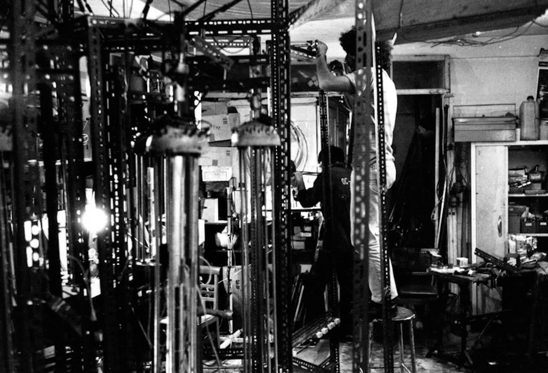 Bombyx : montage d'éléments de structure des machines en cornières métalliques ajourées au premier plan la Machine à cordes