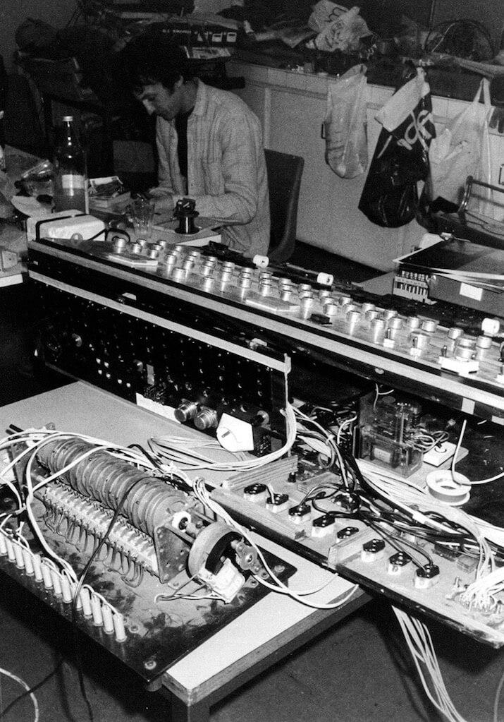 Bombyx : table de télécommande du spectacle, au premier plan un gros programmateur à cames et ne nombreux boutons et interrupteurs