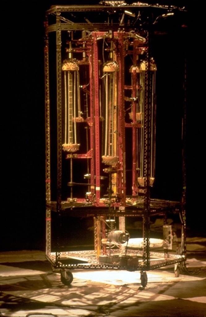 Bombyx : Tour a cordes sur scène, séquenceur mécanique, formé de 5 tourelles à cordes tournant dans une cage métallique