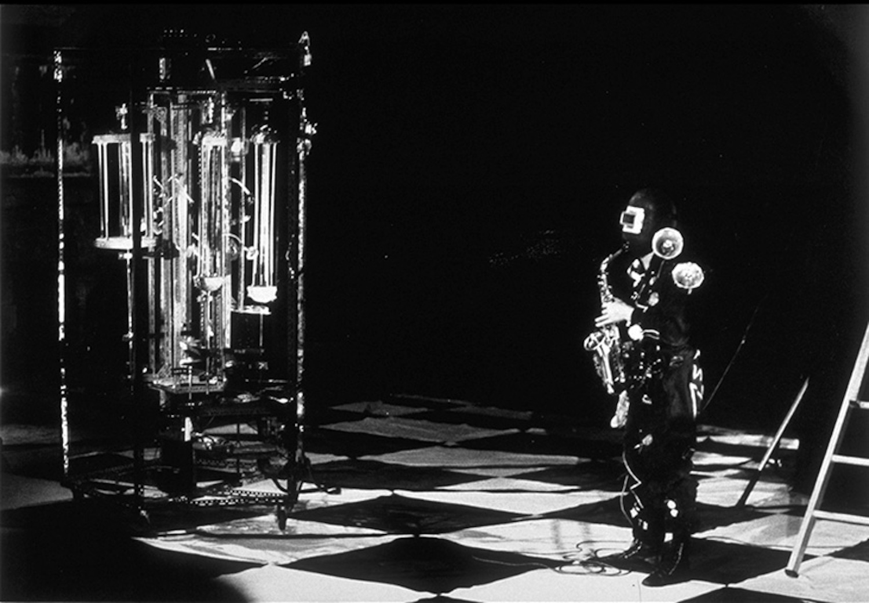 Bombyx Tour à cordes à gauche, à droite Jacques Rémus en costume joue du saxophone