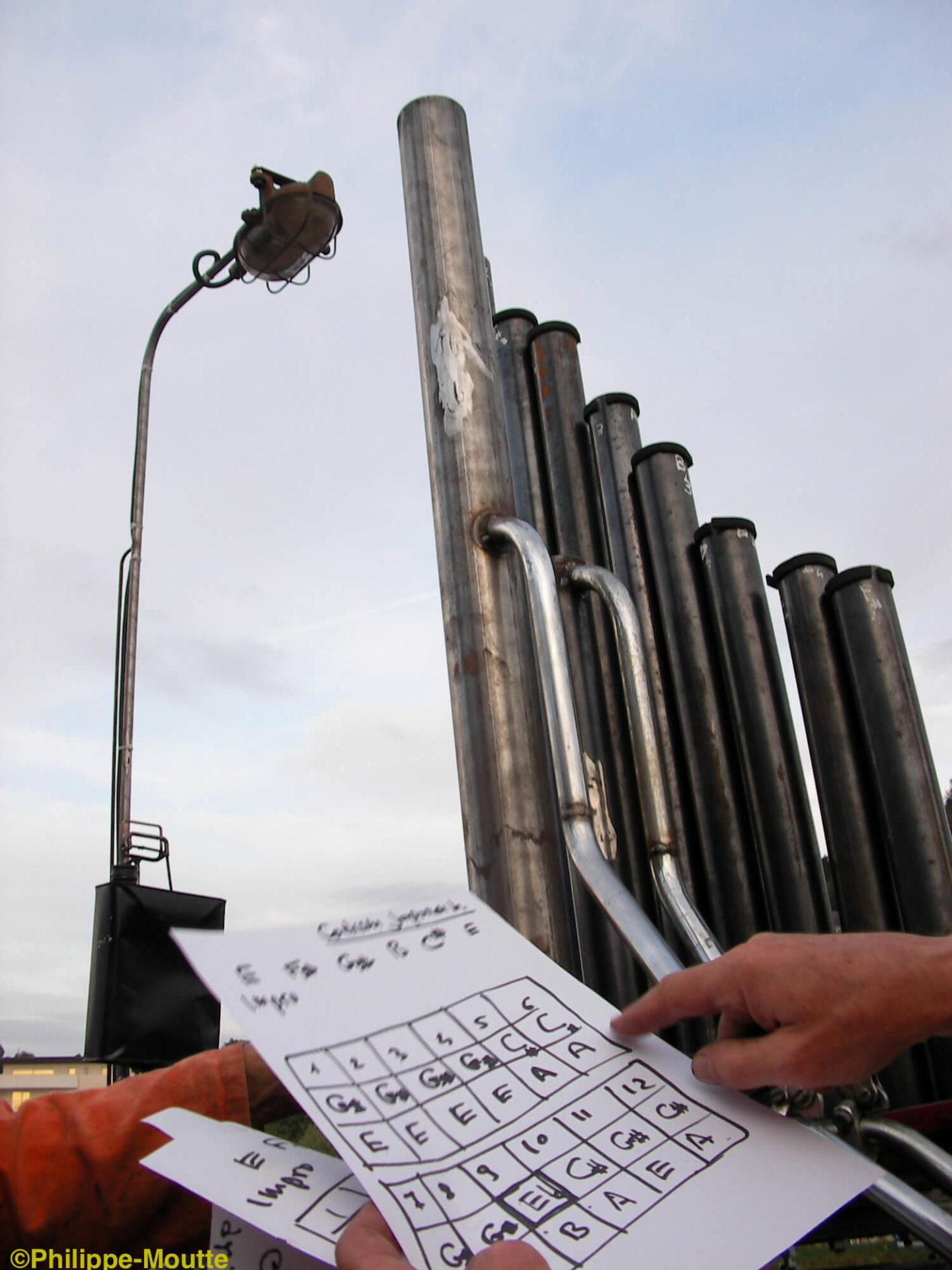 Photographie : partition «grille» de 2 fois 12 notes sur papier devant la répétition