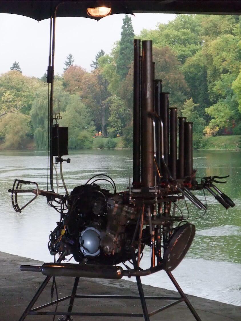 Motorgs: sombre, se détachant sur second plan rivière et arbres