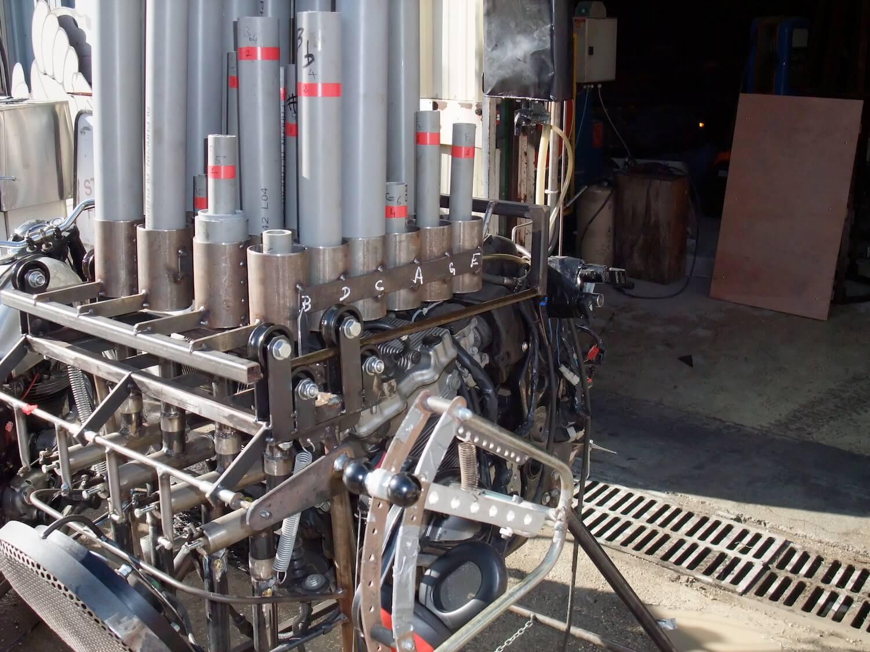 Motorgs : base de l'instrument avec mécanisme des boisseaux surmonté du plateau mobile des tuyaux en PVC gris de longueurs différentes