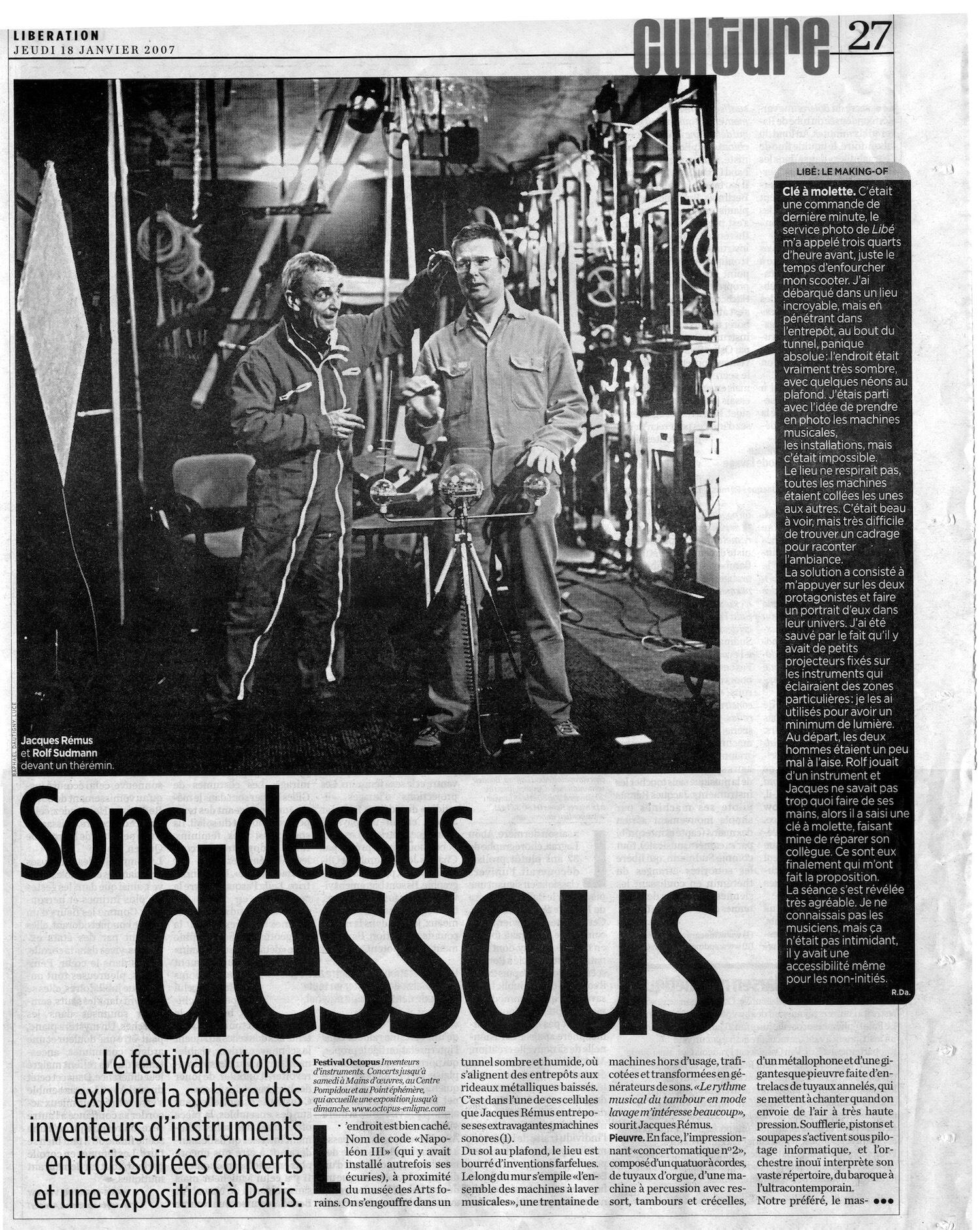 Article de presse avec photo montrant deux hommes entourées d'instrument et machines musicales robotisées