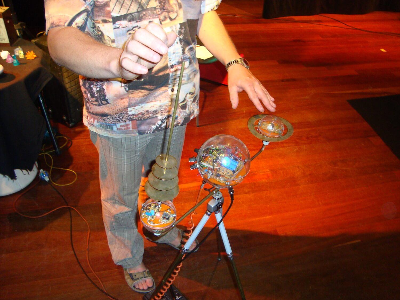 Photographie: vue en plongée sur mains de musicien et instrument futuriste