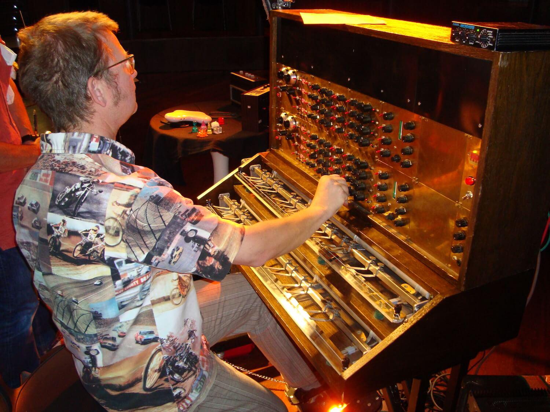 Photographie: scène avec un musicien qui joue d'un instrument électronique