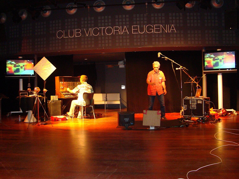 Photographie: scène avec deux musiciens au Club Victoria Eugenia