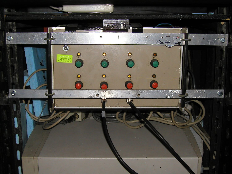 Photographie: un appareil electronique avec câbles et 8 boutons rouge et verts