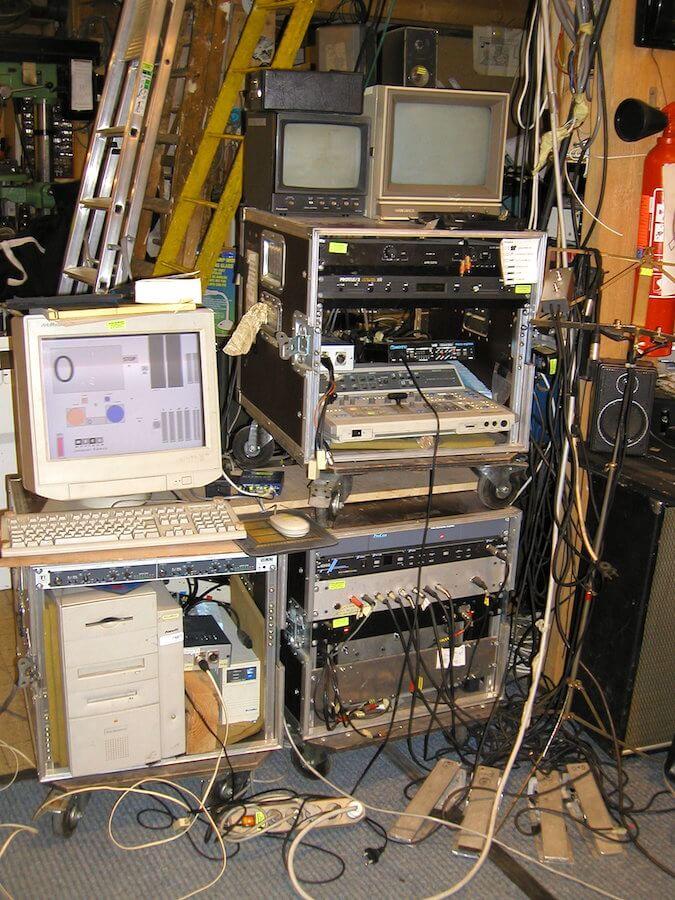 Photographie: ordinateurs, matériel électronique, câblages et écrans