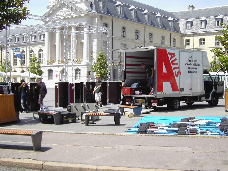 Photographie place publique : déchargement du camion