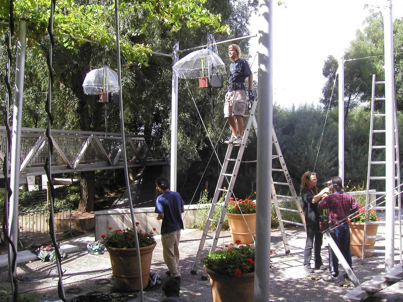 Photographie dans le parc de la Vilette avec des structures métalliques où vont s'accrocher les carillon