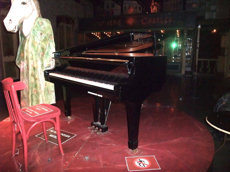 Photographie : piano à queue et Licorne humaine debout