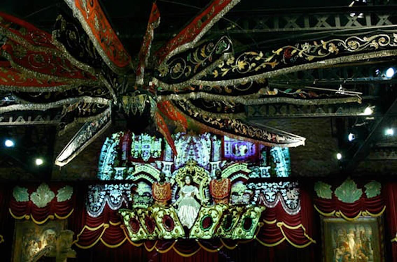 Photographie: décors lumineux dans la pénombre, personnage entouré de décors diamants