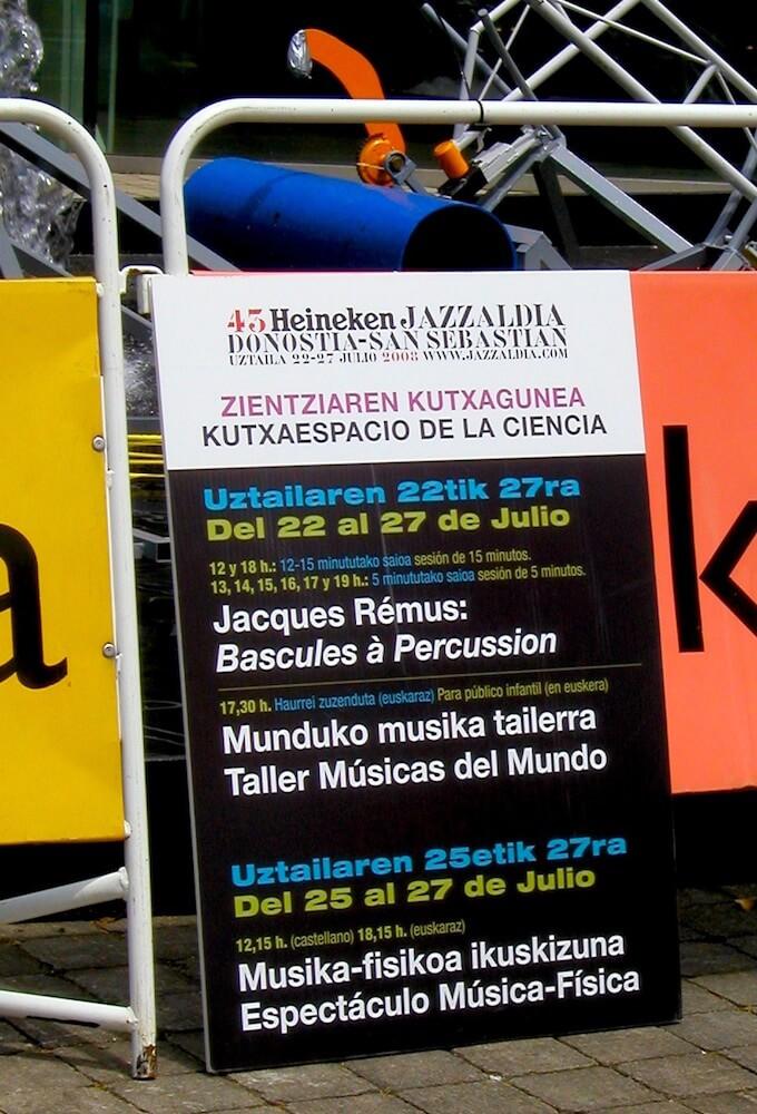 Photographie d'un panneau indiquant horaires de fonctionnement de l'installation, posé sur une barrière de sécurité