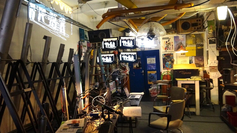 Photographie ateliers avec multiples ordinateurs et écrans vidéo