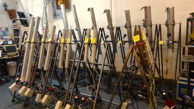 Photographie ; tubes sur chassis numérotés dans atelier
