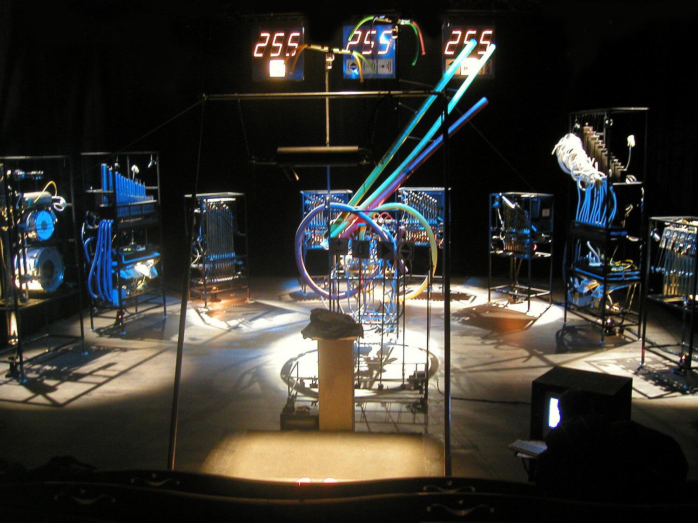 Photographie machines en demi-cercle avec panneaux lumineux et les chiffres 255