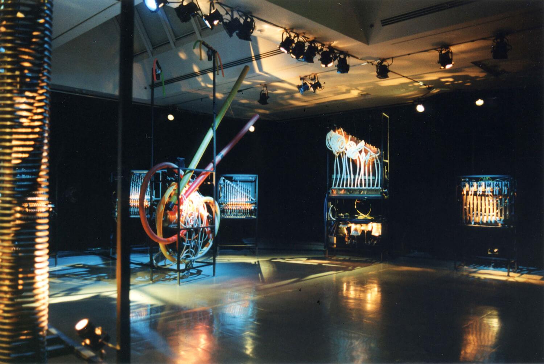 Photographie : machines musicales dans le musée des arts de Nagoya, gros ressort en premier plan à gauche