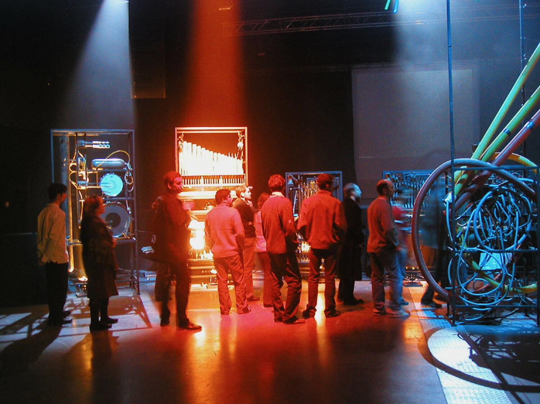 Photographie : public devant machines musicales , lumières rouges et bleues