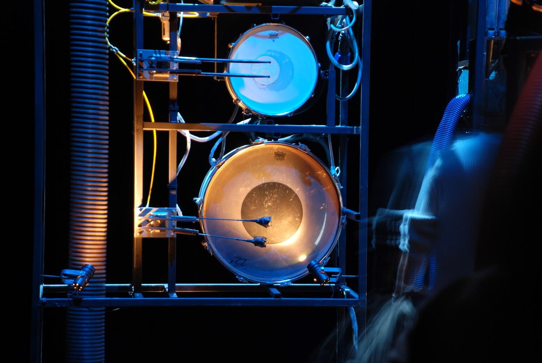 Photographie détail machine à tambours et ressors, lumière bleue
