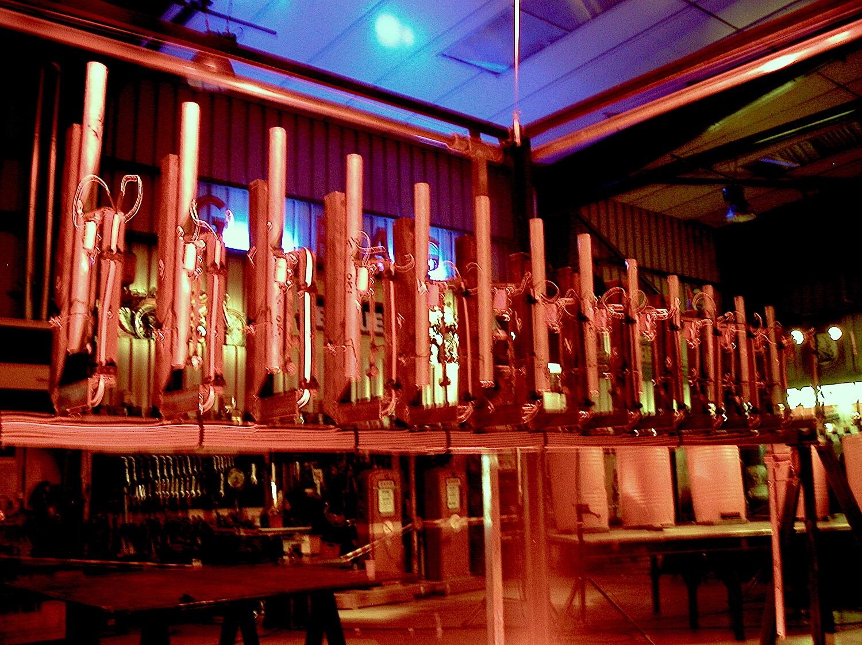 Photographie : 13 tubes avec électroniques , alignés sur une barre horizontale, lumière orange