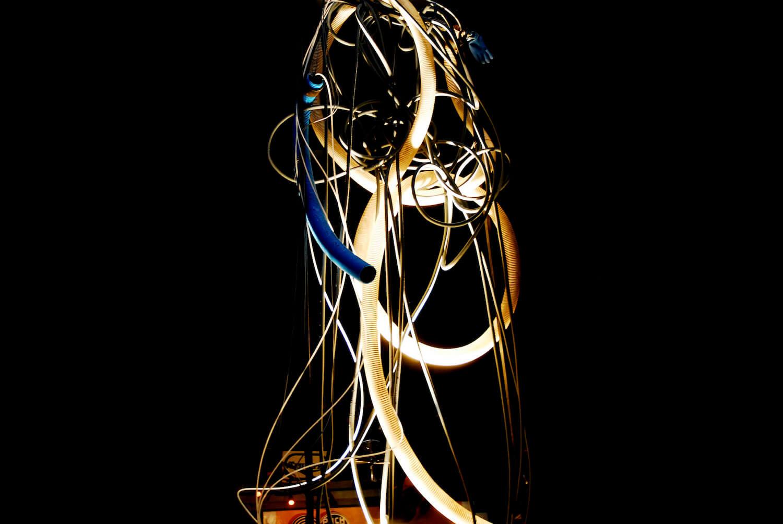 Photographie couleur sur Fond noir colonne de tuyaux blancs et bleus lumineux