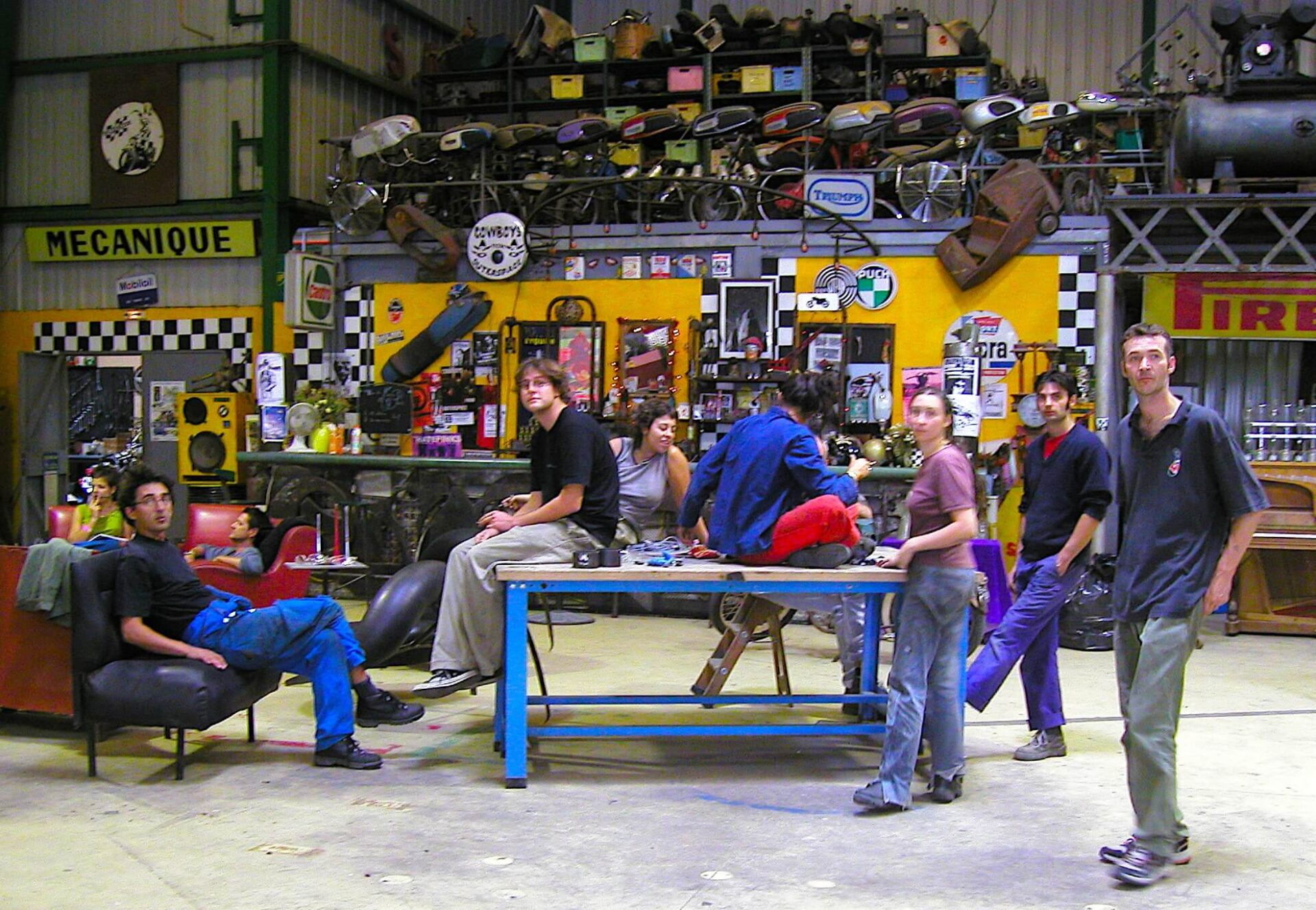 Photographie : une demi-douzaine de stagiaires dans un atelier mécanique très décoré