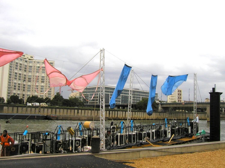 Photographie sous-vétements géants bleus et rose sur une péniche où sont alignées les Machines à Laver Musicales