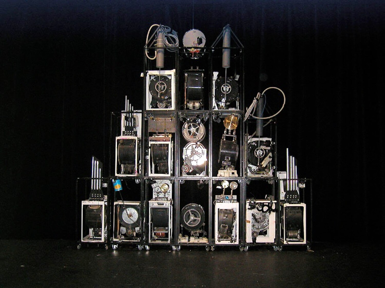 Photographie pyramide de machines sur fond dnoir