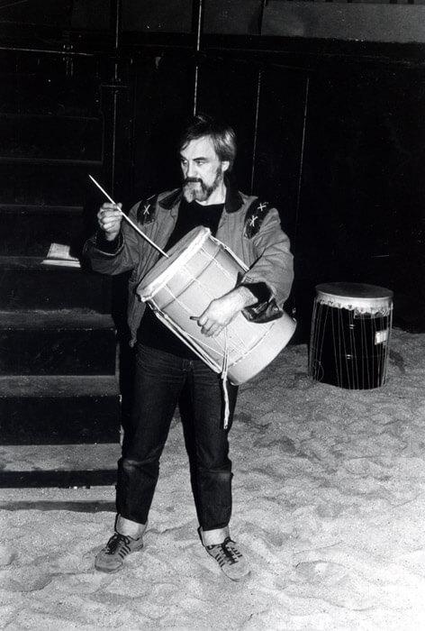 Photographie Noir et Blanc un homme joue d'une cuita géante