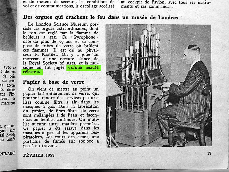 Article de presse avec photo en noir et blanc montrant un homme en costume rayé jouant de l'orgue de verre