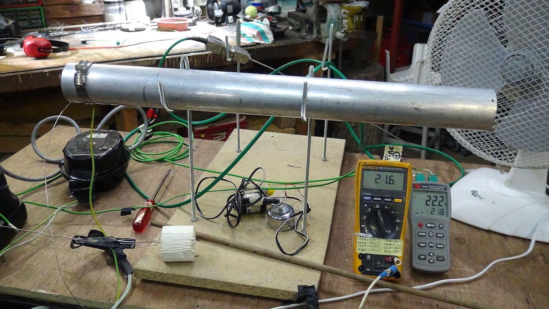Photographie : tube gris shorizontal sur support avec appareil de mesure sur une table