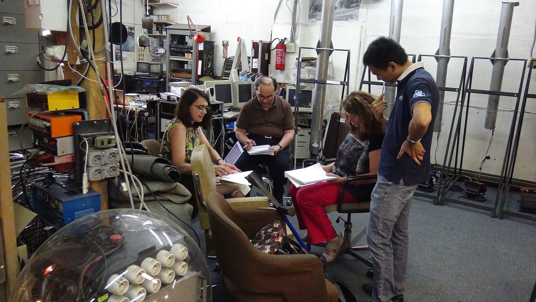 Photographie : 4 personnes assises au milieu d'un atelier