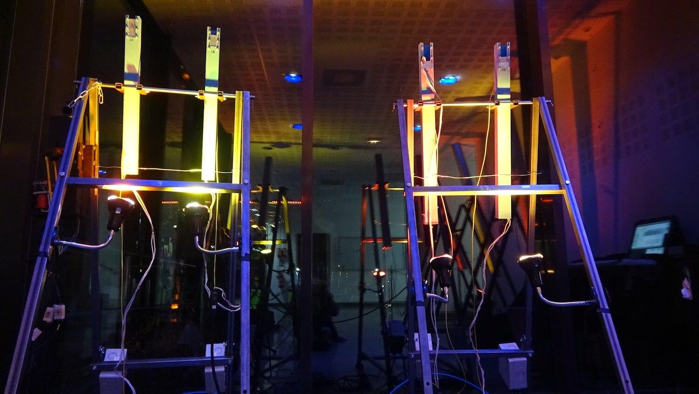 Photographie de 4 tuyaux lumineux alignés