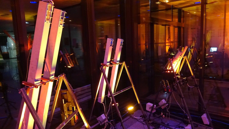 Photographie d'une dizaine de tuyaux lumineux alignés