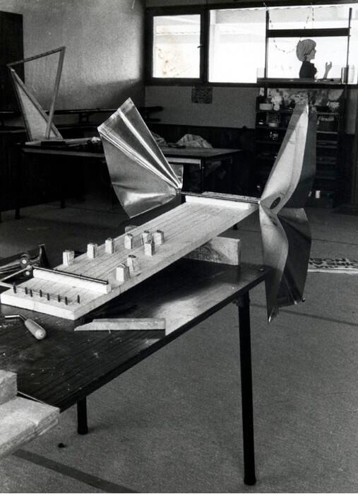 Photographie Noir et Blanc, planche blanche avec cordes tendues et 2 grandes feuille-oreilles, sur une table