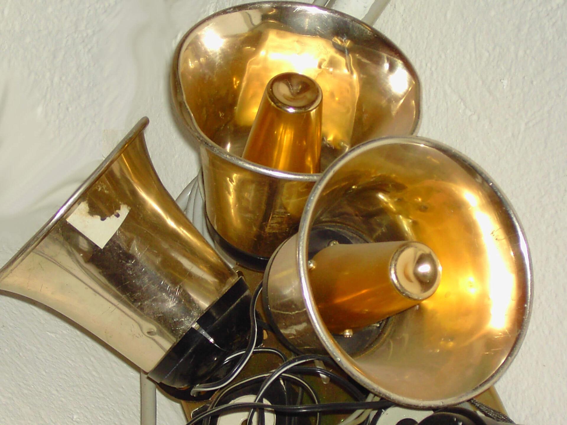 Photographie 3 pavillons de haut-parleurs- sirènes dorés