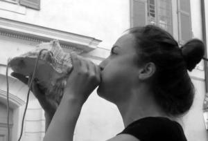 Photographie Noir et Blanc tête de jeune femme soufflant dans une grosse conque